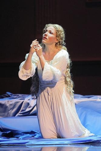 Risultati immagini per Immagini di Desdemona nell'Otello di Verdi, mentre prega.